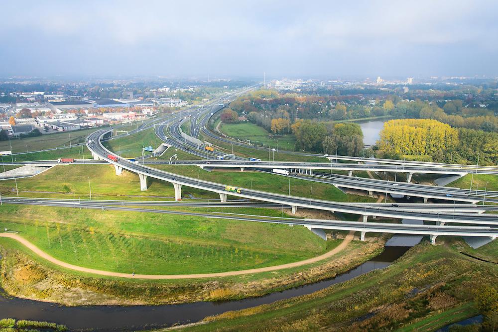 Nederland, Noord-Brabant, Eindhoven, 24-10-2013; Randweg Eindhoven, Knooppunt De Hogt, A2 en A 67. Riviertje de Dommel maakt deel uit van de landschappelijke inpassing.<br /> Ringroad Eindhoven with motorway junction. The spacial design includes the local river.<br /> luchtfoto (toeslag op standaard tarieven);<br /> aerial photo (additional fee required);<br /> copyright foto/photo Siebe Swart.