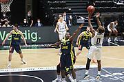 Basketball: Deutschland, 1. Bundesliga, Hamburg Towers -  EWE Baskets Oldenburg, Hamburg, 14.04.2021<br /> Ricky Paulding (Oldenburg, l.) - TJ Shorts (Towers, r.)<br /> © Torsten Helmke