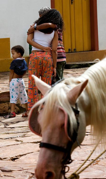Tiradentes_MG, Brasil...Homem abrancando uma mulher na rua...A man hugging a woman in the street...FOTO: BRUNO MAGALHAES /  NITRO