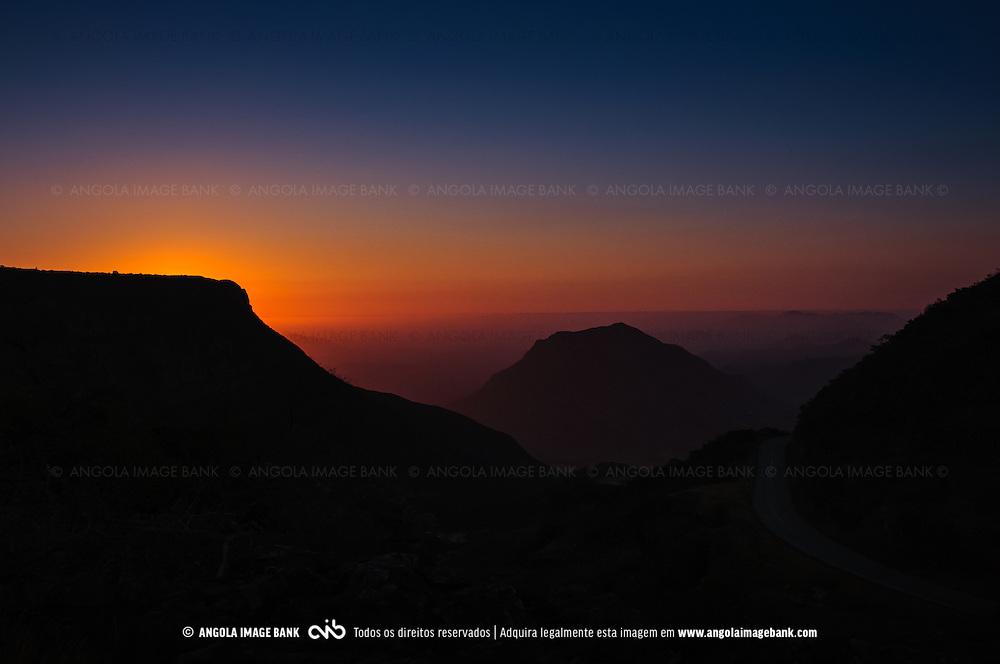 A Serra da Leba de um ángulo pouco comum ao cair da noite. Província do Namibe, Angola