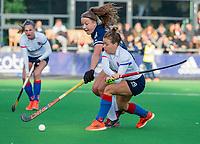 AMSTELVEEN - Sarah Jaspers (SCHC) met Anne Boer (Pinoke)  tijdens de competitie hoofdklasse hockeywedstrijd dames, Pinoke-SCHC (1-8) . COPYRIGHT KOEN SUYK