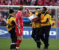 Fotball, 07. november 2004, NM-finale herrer, cupfinale ,  Brann - Lyn 4-1, En mann bæres av banen etter å ha løpt inn på gresset mindt under kampen med kroppsmaling