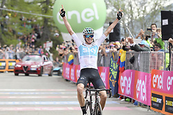 May 25, 2018 - Prato Nevoso, ITALY - British Chris Froome of Team Sky celebrates as he crosses the finish line to win stage 19 of the 101st edition of the Giro D'Italia cycling tour, 184km from Venaria Reale to Bardonecchia, Italy, Friday 25 May 2018...BELGA PHOTO YUZURU SUNADA FRANCE OUT (Credit Image: © Yuzuru Sunada/Belga via ZUMA Press)