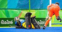 RIO DE JANEIRO  -  Bob de Voogd brengt de stand op 2-0,  tijdens de kwartfinale hockey heren Nederland-Australie , tijdens de Olympische Spelen. links goalie Andrew Charter (Aus)  .COPYRIGHT KOEN SUYK