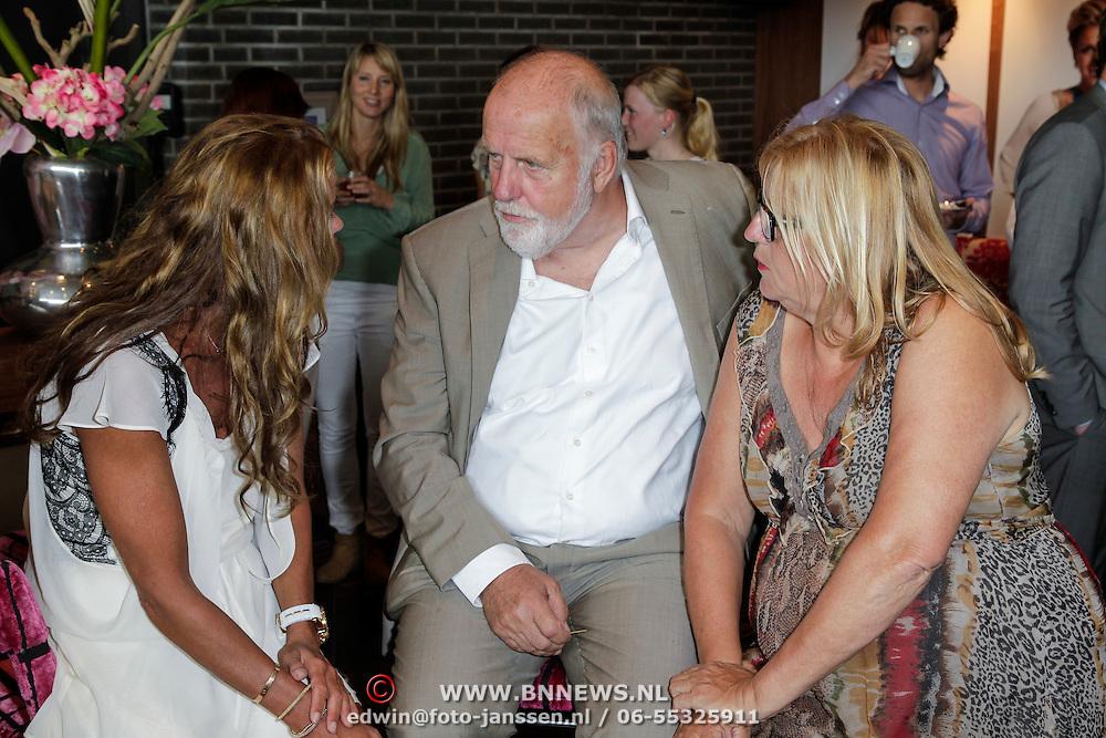 NLD/Ridderkerk/20120628 - Presentatie blad Helden 14, Inge de Bruin in gesprek met Cor van der Geest en partner