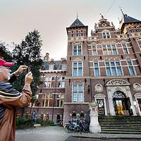 Nederland, Amsterdam , 13 oktober 2011..Het Tropeninstituut aan de Mauritskade..Het ministerie van Buitenlandse Zaken heeft besloten eind 2012 de totale subsidie van twintig miljoen euro aan het Koninklijk Instituut voor de Tropen (KIT) te stoppen. Het instituut vreest hierdoor voor zijn toekomst. ..Het KIT hield er rekening mee dat er bezuiningd zou worden maar is onaangenaam verrast over het feit dat de ministerie de totale subsidie van twintig miljoen euro eind 2012 wil schrappen. Deze subsidie is bijna de helft van de totale jaarbegroting van het KIT. .Foto:Jean-Pierre Jans