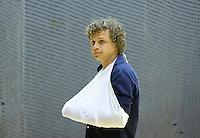 ROTTERDAM - Constantin Jonker van Kampong brak tijdens de  de halve finale zijn hand en kijkt toe tijdens de finale  zaalhockey om het Nederlands kampioenschap tussen de  mannen van Amsterdam en Kampong. Kampong wint met 3-2. ANP KOEN SUYK