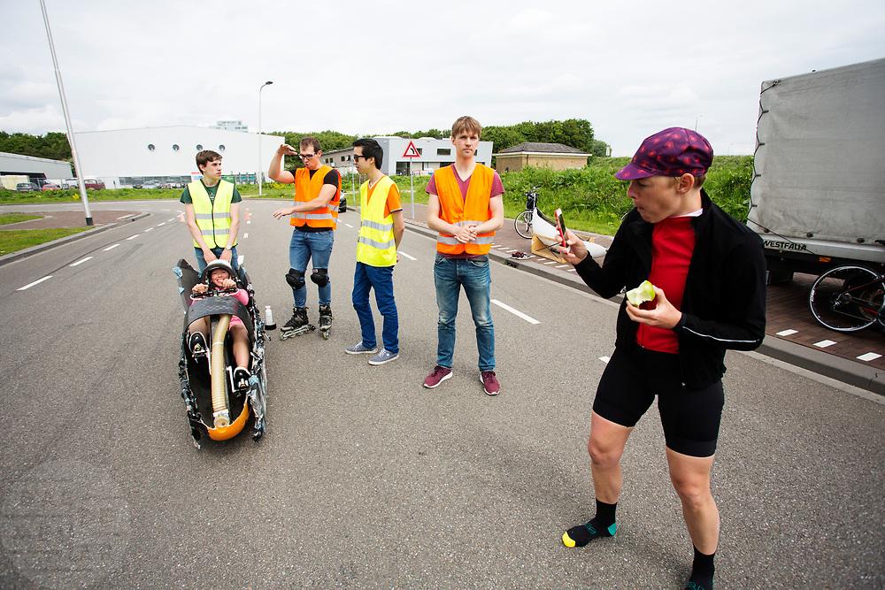 Aniek Rooderkerken zit in de Velox, Iris Slappendel maakt een foto. Op een weg op de campus van de TU Delft oefent het team met het rijden in een Velox. In september wil het Human Power Team Delft en Amsterdam, dat bestaat uit studenten van de TU Delft en de VU Amsterdam, tijdens de World Human Powered Speed Challenge in Nevada een poging doen het wereldrecord snelfietsen voor vrouwen te verbreken met de VeloX 7, een gestroomlijnde ligfiets. Het record is met 121,44 km/h sinds 2009 in handen van de Francaise Barbara Buatois. De Canadees Todd Reichert is de snelste man met 144,17 km/h sinds 2016.<br /> <br /> With the VeloX 7, a special recumbent bike, the Human Power Team Delft and Amsterdam, consisting of students of the TU Delft and the VU Amsterdam, also wants to set a new woman's world record cycling in September at the World Human Powered Speed Challenge in Nevada. The current speed record is 121,44 km/h, set in 2009 by Barbara Buatois. The fastest man is Todd Reichert with 144,17 km/h.
