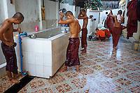 Myanmar (ex Birmanie), Yangon (Rangoon), Paya Chaukhtatgyi, douche des moines apres les ofrrandes matinales // Myanmar (Burma), Yangon (Rangoon), Paya Chaukhtatgyi, Shower monk after morning offering