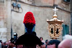 Lecce - Festeggiamenti in onore di Sant'Oronzo, San Giusto e San Fortunato. Uomini in alta uniforme scortano la processione mentre i fedeli cercano di immortalare le statue.