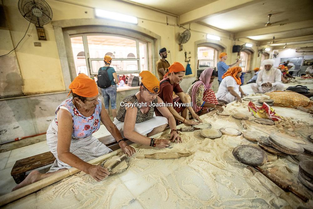 2019 09 26 Delhi India<br /> Gurdwara Bangla Sahib är en sikhisk helgedom i den indiska huvudstaden Delhi.<br /> Det stora köket, här lagas mat till upp emot 30000 personer om dan<br /> <br /> ----<br /> FOTO : JOACHIM NYWALL KOD 0708840825_1<br /> COPYRIGHT JOACHIM NYWALL<br /> <br /> ***BETALBILD***<br /> Redovisas till <br /> NYWALL MEDIA AB<br /> Strandgatan 30<br /> 461 31 Trollhättan<br /> Prislista enl BLF , om inget annat avtalas.