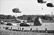 Nederland, Groesbeek, 18-9-2014Militairen van de 82e luchtlandingsdivisie springen uit Hercules vliegtuigen als eerbetoon aan hun collegas in 1944 die hier als onderdeel van de operatie Market garden gedropt werden. Vanuit dit gebied, trokken de militairen van de 82nd airborne division naar de Waalbrug van Nijmegen. Een brug te ver, a bridge too far.FOTO: FLIP FRANSSEN/ HOLLANDSE HOOGTE
