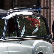 NLD/Laren/20130102 - Uitvaart John de Mol Sr., aankomst rouwauto met de kist en bloemen