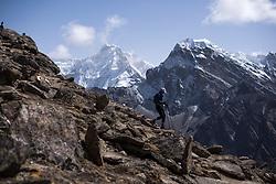 """THEMENBILD - Wanderer am Gokyo Ri. Wanderung im Sagarmatha National Park in Nepal, in dem sich auch sein Namensgeber, der Mount Everest, befinden. In Nepali heißt der Everest Sagarmatha, was übersetzt """"Stirn des Himmels"""" bedeutet. Die Wanderung führte von Lukla über Namche Bazar und Gokyo bis ins Everest Base Camp und zum Gipfel des 6189m hohen Island Peak. Aufgenommen am 15.05.2018 in Nepal // Trekkingtour in the Sagarmatha National Park. Nepal on 2018/05/15. EXPA Pictures © 2018, PhotoCredit: EXPA/ Michael Gruber"""