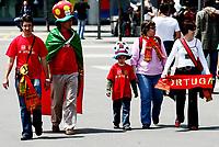 GEPA-1106081212 - GENF,SCHWEIZ,11.JUN.08 - FUSSBALL - UEFA Europameisterschaft, EURO 2008, Tschechien vs Portugal, CZE vs POR. Bild zeigt Portugal Fans. Keyword: Schal, Fahne.<br />Foto: GEPA pictures/ Walter Luger