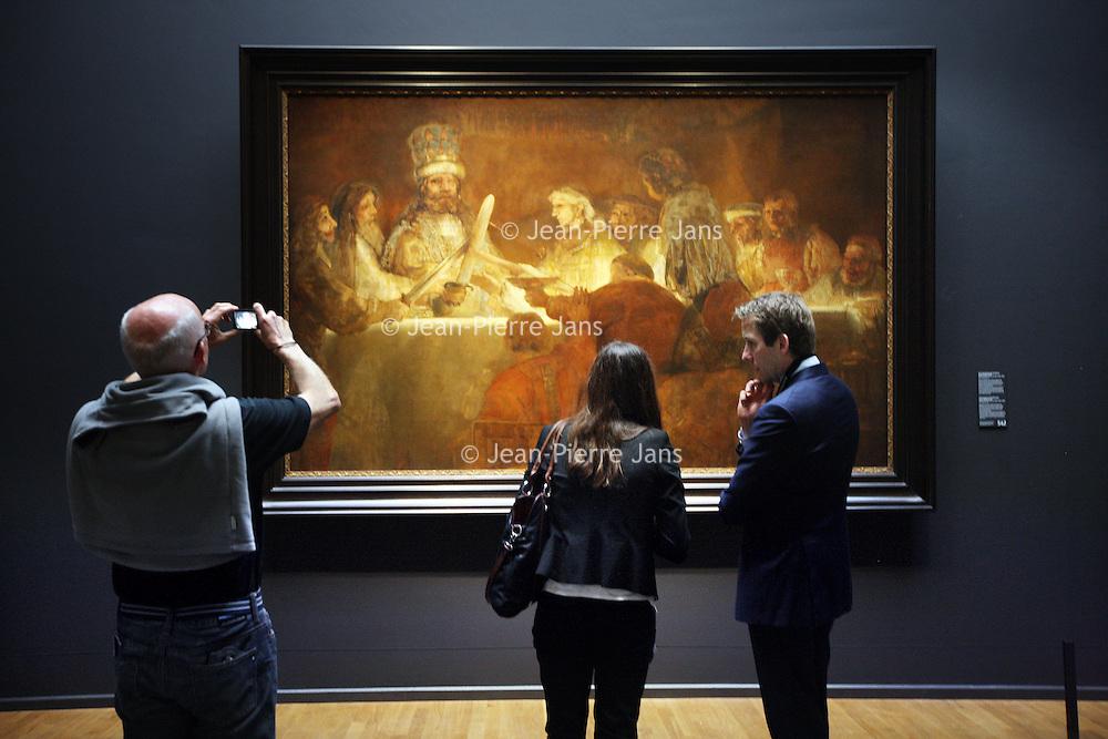 Nederland, Amsterdam , 21 maart 2014.<br /> De samenzwering van de Bataven onder Claudius Civilis van Rembrandt hangt in de erezaal van het Rijksmuseum.<br /> n 1661 maakte Rembrandt van Rijn, in opdracht van het Amsterdamse stadsbestuur, het schilderij De samenzwering van de Bataven onder Claudius Civilis. Het doek, dat eigendom is van de Koninklijke Zweedse Academie voor Schone Kunsten, is binnenkort tijdelijk in Nederland te zien.<br /> Vanaf 21 maart is het meesterwerk te zien op de Eregalerij van het Rijksmuseum.<br /> The Conspiracy of the Batavians under Claudius Civilis by Rembrandt in the hall of honor of the Rijksmuseum, on temporary loan.<br /> <br /> Foto:Jean-Pierre Jans