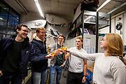 In de D:Dreamhall in Delft maken de atleten kennis met het team. Van links naar rechts: Emiel, Joris, Kees, Thijmen en teammanager Valerie van den Broek.  In september wil het Human Power Team Delft en Amsterdam, dat bestaat uit studenten van de TU Delft en de VU Amsterdam, tijdens de World Human Powered Speed Challenge in Nevada een poging doen het wereldrecord snelfietsen voor tandems te verbreken met de VeloX XT, een gestroomlijnde ligfiets. Het record staat sinds 2019 op 120,26 km/u<br /> <br /> In Delft he athletes meet the team for the first time. With the VeloX XT, a special recumbent bike, the Human Power Team Delft and Amsterdam, consisting of students of the TU Delft and the VU Amsterdam, also wants to set a new tandem world record cycling in September at the World Human Powered Speed Challenge in Nevada. The current speed record is 120,26 km/h, set in 2019.