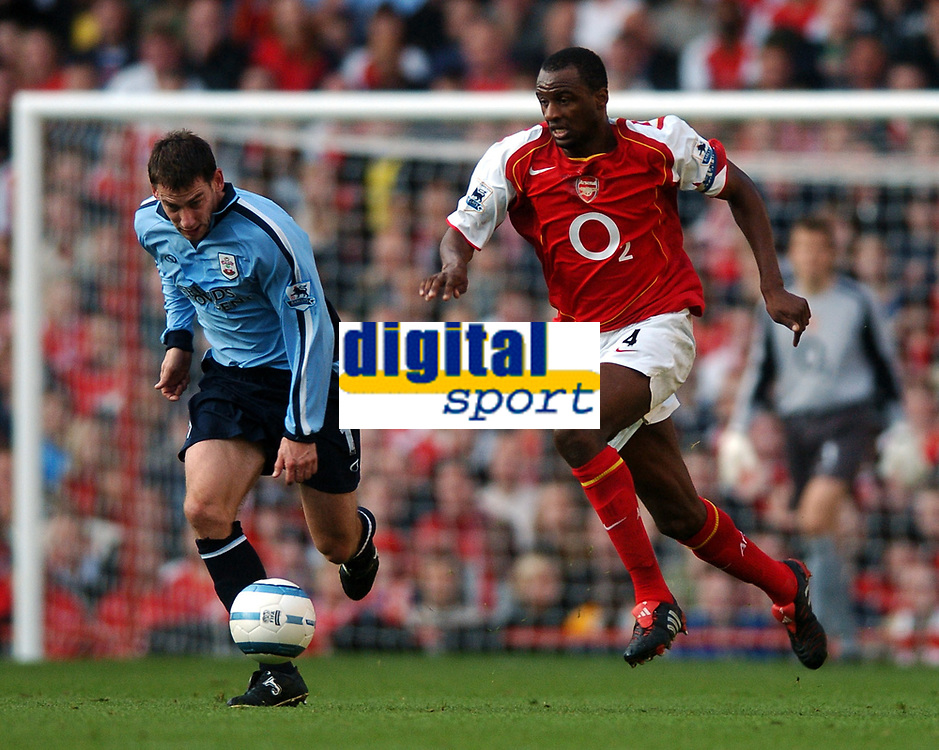 Fotball<br /> Premier League England 2004/2005<br /> Foto: BPI/Digitalsport<br /> NORWAY ONLY<br /> <br /> 30.10.2004<br /> <br /> Arsenal v Southampton<br /> <br /> Southampton scorer Rory Delap, left, and Patrick Vieira chase the ball