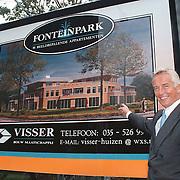 Gert-Jan Visser voor het bord van de woningen in Huizen aan de Crailoseweg Fonteinpark