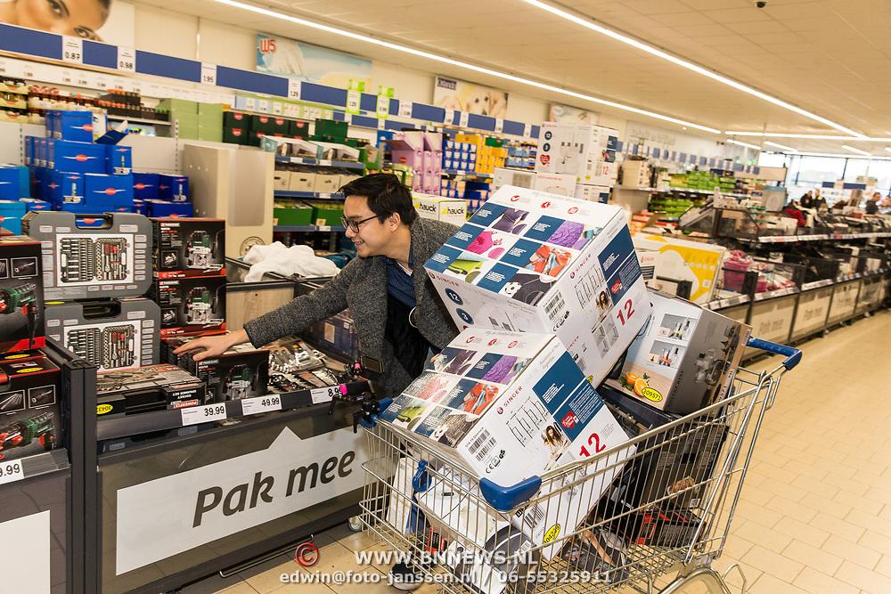 NLD/Hiuizen/20190108 - '1 Minuut gratis winkelen met Radio 538', winkelende man bij de Lidl