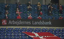 Tilskuere sidder med stor afstand under venskabskampen mellem Danmark og Sverige den 11. november 2020 på Brøndby Stadion (Foto: Claus Birch).