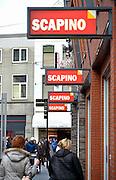 Nederland, Nijmegen, 24-12-2015Een schoenenwinkel, Scapino aktiesport,  houdt leegverkoop vanwege een dreigend faillisement. In de binnenstad van Nijmegen komen steeds meer winkels leeg te staan. Winkeliers in de binnenstad, binnensteden, hebben naast de crisis ook veel last van inline verkoop van producten via internet. Uitstel van betaling.Foto: Flip Franssen/Hollandse Hoogte