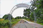 Nederland, Duitsland, Groesbeek, Kranenburg 14-8-2015 Het omstreden snelfietspad van Groesbeek naar Kranenburg langs het oude spoorlijntje van Nijmegen naar Kleef bij de grens met Duitsland. WMG en RAVON verzetten zich al lang tegen het verharde fietspad door de spoorkuil. Een betonnen fietspad is slecht voor de overlevingskansen van gladde slang, zandhagedis en hazelworm, stelde de werkgroep. Een verhard fietspad op die locatie doorkruist het leefgebied van beschermde reptielen en zij worden mogelijk doodgereden door fietsers. Het fietspad is een gezamelijk project, een snelle fietsverbinding tussen Groesbeek en het treinstation van Kleef. Over de rails kan men per draisine van Groesbeek naar Kranenburg trappen. FOTO: FLIP FRANSSEN/ HOLLANDSE HOOGTE
