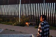Juan con il suo cane. Ha allenato i suoi cani ad andare e venire attraverso la frontiera. Quando saltera' dall'ltro lato saranno loro a guidarlo.