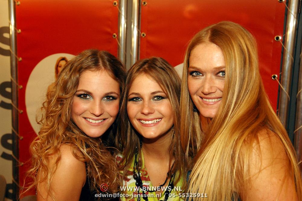NLD/Amsterdam/20060312 - Nationaal Songfestival 2006, persconferentie,  winnaar Treble