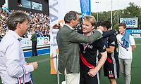 UTRECHT -  Klaas Vermeulen (A'dam) , die zijn laatste wedstrijd speelde op tophockey, met Erik Cornelissen (voorzitter KNHB), en links Erik Gerritsen (directeur KNHB),   de finale van de play-offs om de landtitel tussen de heren van Kampong en Amsterdam (3-1).    COPYRIGHT KOEN SUYK