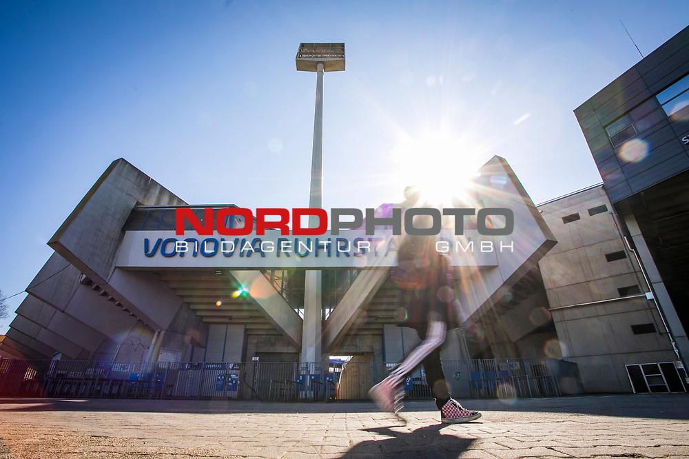 22.03.2020, Vonovia Ruhrstadion , Bochum<br /> <br /> im Bild   picture shows:<br /> <br /> Vereinzelnt finden sich Spaziergaenger   Passanten rund um das Bochumer Vonovia Ruhrstadion. <br /> <br /> Foto © nordphoto / Rauch