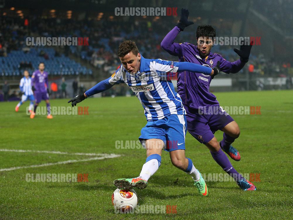 Jeppe Andersen (Esbjerg) i kamp med Facundo Roncaglia (Fiorentina).