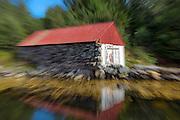 Boathouse captured with moving zoom | Naust fotografert mens jeg zoomet objektivet.