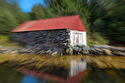 Boathouse captured with moving zoom | Naust fotografert mens jeg zoomet objektivet.