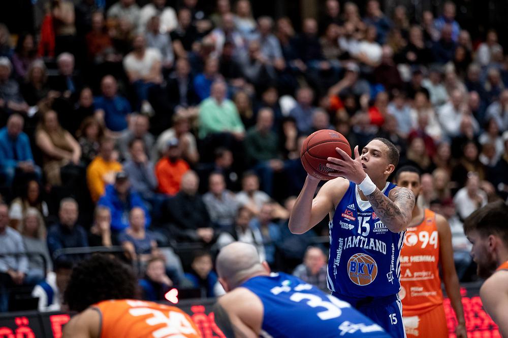 ÖSTERSUND 20211007<br /> Jämtlands Pierre Hampton skjuter straff under torsdagens match i basketligan mellan Jämtland Basket och Norrköping Dolphins.<br /> Foto: Per Danielsson / Projekt.P