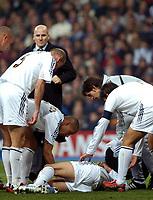 Fotball<br /> Champions League 2004/05<br /> Real Madrid v Bayer Leverkusen<br /> 23. november 2004<br /> Foto: Digitalsport<br /> NORWAY ONLY<br /> Real Madrid players show concern for a floore David Beckham