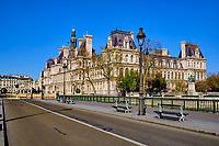 France, Paris (75), pont d'Arcole et l'Hôtel de Ville durant le confinement du Covid 19 // France, Paris, Arcole bridge and City hall during the containment of Covid 19