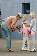 Koningin Máxima heeft in IJmuiden de Nh1816, een nieuw type reddingboot van de Koninklijke Nederlandse Redding Maatschappij (KNRM) gedoopt.<br /> <br /> Queen Máxima has inaugurated in IJmuiden Nh1816, a new type of lifeboat of the Royal Dutch Rescue Organisation (KNRM).<br /> <br /> Op de foto / On the photo:  Koningin Maxima ontvangt bloemen bij haar aankomst /// Queen Maxima receives flowers upon her arrival