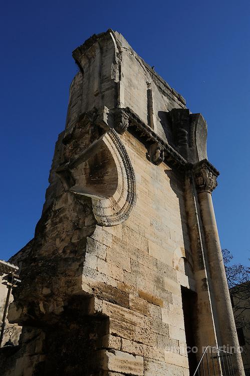 """Saint Gilles, resti dell'abbazia originale lunga 98 metri. All'interno è conservata una spettacolare scala a chiocciola soprannominata La Vite"""" di St Gilles. Per secoli il culto di St Gilles è stato il terzo pellegrinaggio cristiano dopo Roma e Gerusalemme, poi grazie a Cluny è diventato una tappa del Cammino di Compostela"""