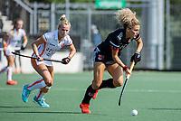 AMSTELVEEN -  Maria Verschoor (Amsterdam) met Lisa Post (Oranje Rood)  tijdens de hockey hoofdklasse competitiewedstrijd  dames, Amsterdam-Oranje Rood (2-1).  COPYRIGHT KOEN SUYK