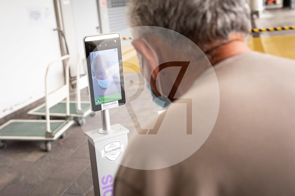 ITALIEN - SARCHE DI CALAVINO - Eingangskontrolle mit Kontrolle der Körpertemperatur am Eingang der 'Cantina Toblino' - 26. September 2020 © Raphael Hünerfauth - https://huenerfauth.ch
