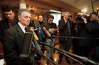 12 JAN 2001, WOERLITZ/GERMANY:<br /> Fritz Kuhn, B90/Gruene Vorsitzender, gibt ein Pressestatement zur Wahl von ClaudiaRoth als Kandidatin fuer das Amt der Parteivorsitzenden, Klausurtagung der Bundestagsfraktion Buendnis 90 / Die Gruenen<br /> IMAGE: 20010112-01/04-04<br /> KEYWORDS: Klausur, Grüne, Mikrofon, microphone, Journalist, Kamera, Camera