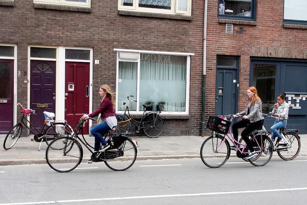 Drie meisjes fietsen door Utrecht.<br /> <br /> Three girls cycling in Utrecht.