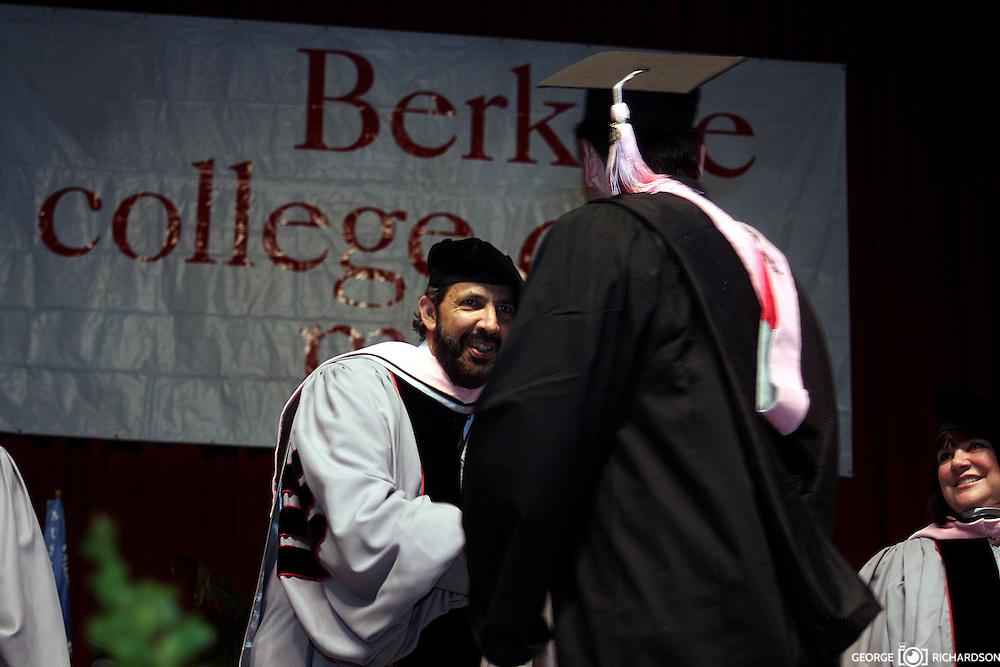 Juan Luis Guerra felicita al  dominicano Orlando Padilla Faxas, durante el acto de graducion 2009 en la Universidad  Berklee, en Boston. Padilla Faxas, es natural de San Francisco de Macorís. Se  especializo en Conciertos y Musica Avanzada