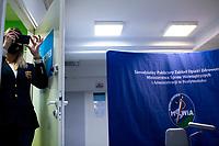 Bialystok, 27.12.2020. Pierwsze w wojewodztwie podlaskim szczepienie personelu medycznego przeciwko COVID-19 w Szpitalu MSWiA. N/z Anna Dzierszko rzeczniczka wojewody podlaskiego robi pamiatkowe zdjecie fot Michal Kosc / AGENCJA WSCHOD