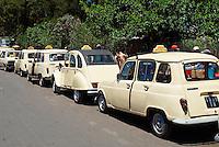 Madagascar. Antananarivo (Tananarive). La ville basse. Taxis locaux. // Madagascar. Antananarivo (Tananarive). Low city. Local taxi, old french car.