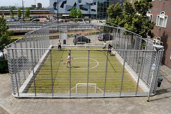 Nederland, Nijmegen, 28-6-2012In een woonwijk bij het station heeft de gemeente een overdekt trapveldje voor de bewoners aangelegd.
