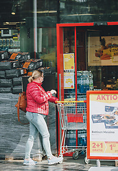 31.03.2020, Saalbach Hinterglemm, AUT, Coronaviruskrise, tägliches Leben mit dem Coronavirus, im Bild eine Frau geht mit Mund-Nasen-Schutzmaske einkaufen. Mit 01.04.2020, 00.00 Uhr wird die Pinzgauer Gemeinde Saalbach Hinterglemm unter Quarantäne gestellt // a woman goes shopping wearing a face mask. The Austrian government is pursuing aggressive measures in an effort to slow the ongoing spread of the coronavirus, Saalbach Hinterglemm, Austria on 2020/03/31. EXPA Pictures © 2020, PhotoCredit: EXPA/ Stefanie Oberhauser