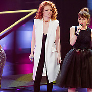 NLD/Hilversum/20151205- Eerste Live uitzending The Voice 2015, Jess Glynne, maan en Jennie Lena