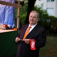DEU, Deutschland, Germany, Berlin, 03.09.2013:<br />Heinz Buschkowsky (SPD), Bezirksbürgermeister in Berlin-Neukölln, mit einem SPD-Fähnchen in der Hand. Alte Dorfschule in Rudow (Neukölln) vor der Ankunft des SPD-Kanzlerkandidaten Peer Steinbrück.